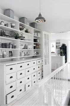 Grote witte keukenkast met veel laden. Door Tiara