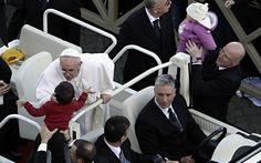 Saludó a todos a su paso, especialmente a los niños. - Reuters