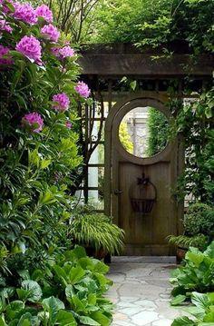 Gartengestaltung-Ideen-ein-altes-Tür-im-Garten - 30 Gartengestaltung Ideen – Der Traumgarten zu Hause