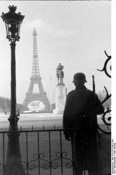Frankreich, Paris. Soldat mit geschultertem Gewehr neben Laterne. Im Hintergrund der Eiffelturm; KBK Lw 3 January 1943 Photographer Götzenberger