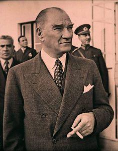 30 Fotos von Atatürk & # s Zigarettenrauch - MustafaKemâlim 1950s Jacket Mens, Cargo Jacket Mens, Green Cargo Jacket, Bomber Jacket, Leather Jacket, Mens Fashion Suits, Mens Suits, Jacket Style, Suit Jacket
