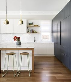 The popular interior design trend du jour is two-toned kitchen cabinets. The popular interior design trend du jour is two-toned kitchen cabinets. Take a look at these stunning examples that show off different color schemes. Two Tone Kitchen, New Kitchen, Kitchen Grey, Awesome Kitchen, Kitchen Small, Beautiful Kitchen, Kitchen Living, Home Decor Kitchen, Interior Design Kitchen