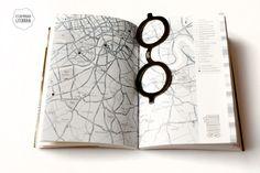 Marcador de páginas no modelo do óculos usado pelo autor James Joyce.