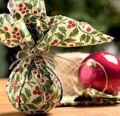 Um retalho de tecido pode dar uma nova cara à desgastada bolinha espelhada (Decoração de Natal   Christmas decor)