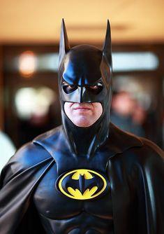 This amazing Batman was standing guard at the front entrance of the 2011 Amazing Arizona Comic Con. Batman Cosplay, Dc Cosplay, Comic Con Cosplay, Iron Batman, Batman And Superman, Batman Robin, Batman Artwork, Batman Wallpaper, Batgirl