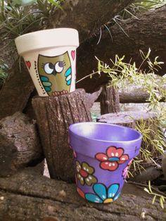 MARIANA ALVAREZ Painted Plant Pots, Painted Flower Pots, Flower Pot Crafts, Clay Pot Crafts, Ceramic Pots, Clay Pots, Pottery Painting, Ceramic Painting, Flower Pot People