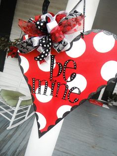 Love this valentines door hanger! Valentines Day Decorations, Valentine Day Crafts, Holiday Crafts, Holiday Fun, Valentine Ideas, Burlap Crafts, Wood Crafts, Diy Crafts, Homemade Crafts