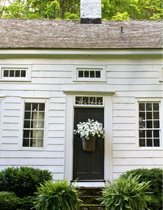 beautiful basket of white petunias for the front door - pure beauty! And so simple too!A beautiful basket of white petunias for the front door - pure beauty! And so simple too! White Cottage, White Farmhouse, Modern Farmhouse, Farmhouse Style, Farmhouse Decor, Colonial House Exteriors, Colonial Cottage, White Houses, Petunias
