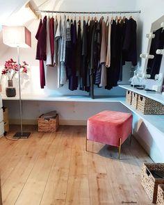 Un guardaroba piccola, ma chic ✨ Piccola o grand che sia, la cabina armadio è il sogno di tanti! Innanzitutto bisogna trovare il modo giusto per organizzare ogni abito e poi si può passare alla decorazione. Pouf, poltrone, tappeti morbidi e luci chiare non possono mancare! 📸 @saskia251992 // Idee Casa Interior Design Moda Fashion Armadio Camera letto Muro Parete Organizzazione Ordine #cabinaarmadio