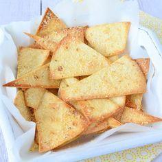 Zelf tortilla chips maken is heel eenvoudig, ik maakte er eentje met kaassmaak door Parmezaanse kaas toe te voegen. Snelle en heerlijke snack!