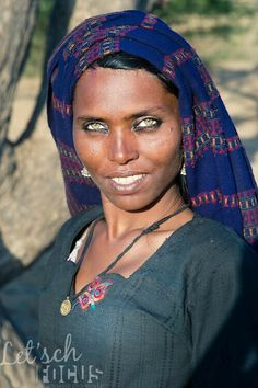 Close-up portrait of a woman from Rajasthan (Thar desert), India. She is a member of the Bhopa tribe, originally wandering musicians. 🌺🌻✿ ❀ ❁✿ For more great pins go to Gorgeous Eyes, Pretty Eyes, Beautiful Black Women, Cool Eyes, Amazing Eyes, African Beauty, African Women, Pretty People, Beautiful People