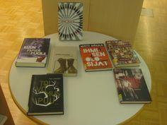 Uutuuskirjojen vieressä oli pöytä jossa oli esillä kirjoja. Kuitenkaan missään ei kerrottu että onko näillä kirjoilla jotakin yhteistä.