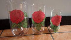 Botellas pet de bebida de diferentes tamaños para hacer floreros u otra decoración. Pueden ponerse adentro unas bolitas de crecencios o piedritas al color para decorar.