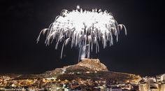 Monumental Palmera desde el Monte Benacantil que da inicio a la Nit de la Cremà de Fogueres. Autor: Antonio Candil. #Alicante #Fogueres2016 #CostaBlanca #MifotoAlicante