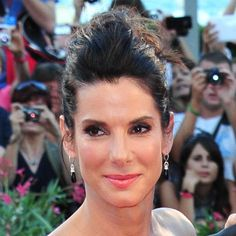 Sandra Bullock un su recogido con tupé #peinados #tupé #estilo George Clooney, Sandro, Sandra Bullock, Diamond Earrings, Outlet, Wordpress, Blog, Fashion, Film Festival