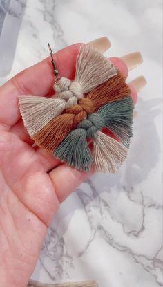 Diy Yarn Earrings, Macrame Earrings Tutorial, How To Make Tassels, Things To Make With Yarn, How To Do Macrame, Making Tassels, Macrame Wall Hanging Diy, Diy Crafts Jewelry, Macrame Design