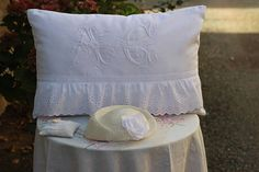 coussin oreiller de mariage monogramme M C broderie anglaise