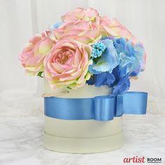 Flowerbox besteht aus Rosen und Hortensien und blauen Accessoires. Perfekt für ein Geschenk oder als Element der festlichen Tischdekoration. #flowerbox #Blumenkasten #roserflowerbox #homedecor #homedecoration #rosesdecoration #tabledecoration