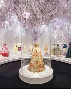 From Princess Margaret's birthday gown to the thousands of paper roses blooming in the garden-themed chamber, the mood of Christian Dior: Designer of Dreams is a celebration of Britishness as well as the legacy of the house. Christian Dior, Bridal Boutique Interior, Dior Boutique, Princesa Margaret, Perfumes Vintage, Dior Designer, Designer Handbags, Fashion Showroom, Nautical Stripes