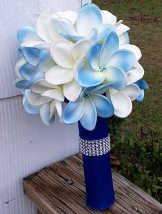 Continuing the topic of wedding bouquet décor, I'd like to share some cool handles and holders with you. Handles and holders are steadier and support the bouquet better, it's very comfy if you have a big one. Bling Bouquet, Bouquet Wrap, Diy Bouquet, Wedding Flower Guide, Diy Wedding Bouquet, Wedding Flowers, Wedding Ideas, Wedding Stuff, Diy Boutonniere