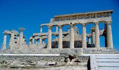 """IL TEMPIO DI AFAIA, A EGINA L'ORDINE DORICO  In secondo piano si notano le due file sovrapposte di colonne che fiancheggiano la cella all'interno del tempio. Le colonne sono doriche, con il fusto scanalato e senza base.  Il tempio """"tipo"""" dell'antica Grecia  è il tempio periptero di ORDINE DORICO, che assunse fin dal tempo più antico il carattere di ordine nazionale Greco. #art #architettura #greca #tempi #history #Afaia #Egina"""