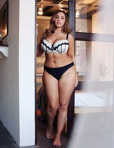 Curvy Plus Size Model Jada Sezer. Jada Sezer is a size 14 US, size 16 UK and a size 18 AUS and her measurements are 44 inch bust, 34 inch waist, 44 inch hips. Forma Fitness, Jada Sezer, Image Fashion, Fashion Styles, Modelos Plus Size, Femmes Les Plus Sexy, Moda Plus Size, Plus Size Beauty, Beautiful Curves