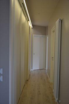 piccola lavanderia nascosta in mini appartamento