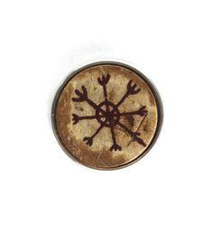 Noosa chunk PENNAN. Deze chunk staat voor een oud liefdessymbool van de Vikingen. Als de maan 3 nachten oud is, kerf je dit symbool in versteend hout en al je dromen komen uit - NummerZestien.eu