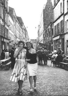 Friends walking down Rue De Nantes, Paris around 1959 by Robert Doisneau Robert Doisneau, Paris Photography, People Photography, Amazing Photography, William Eggleston, Old Paris, Paris Pictures, City Scene, French Photographers