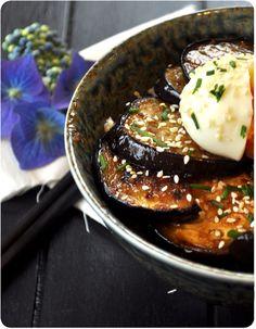Un délice à la japonaise! J'ai trouvé cette recette chez Shoko, et ça m'a fait saliver immédiatement. C'est vraiment simple à réaliser, fondant, et mmmmh l'aubergine caramélisée à la sauce soja! Donburi d'aubergine caramélisée Pour 2 personnes: 2 bols...