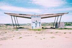 Somewhere on Highway 191. #Utah #TeamRoadTrip #visitUtah #exploreUtah #HitTheRoad #RoadTrip #Travel #TravelBlogger #TravelUSA #RoadTrippin #neverstopexploring #passionpassport #goexplore #tasteintravel #AirFranceMagazine #natgeofrance #natgeotravelerFrance #decourirensemble #francaisauxusa #voyage #guardiantravelsnaps #freshairclub #ghosttown #ServiceStation | Photo de @laurafwc