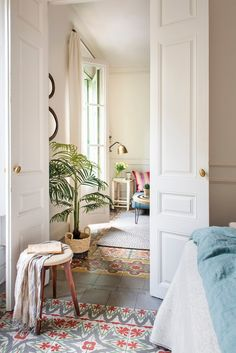 Undress your house and discover its soul - 00474322 Old floor with painted wooden doors and hydraulic mosaic - Dispositions Chambre, Home Interior, Interior Design, Barcelona Apartment, Bedroom Layouts, Bedroom Flooring, Dream Home Design, Wooden Doors, Home Fashion