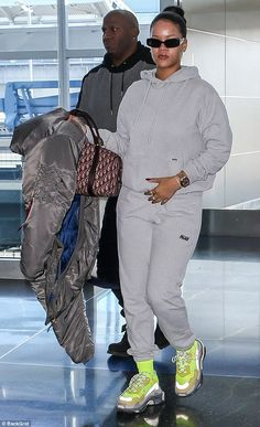 Rihanna keeps it comfortable as she jets out of NYC Hold my stuff! She carried one tiny Dior duffle bag while an airport attendant carried the. Chill Outfits, Dope Outfits, Trendy Outfits, Fashion Outfits, Womens Fashion, Rihanna Outfits, Rihanna Riri, Rihanna Nails, Rihanna Casual