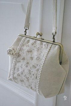 simple frame bag but so elegant Supernatural Style Fabric Handbags, Fabric Bags, Purses And Handbags, Diy Bags Patterns, Purse Patterns, Handmade Handbags, Handmade Bags, Diy Bag Crafts, Frame Purse