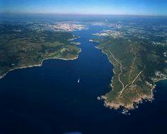 Entrada de la ria de Ferrol. Entre castillos la primera  Mugardos y al fondo Ferrol, , Jubia y Fene.
