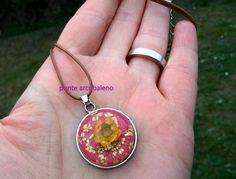 Deliziosa collana con centrale in resina e vero fiore essiccato/ fiore naturale/ giallo/ rosa/ cammeo/ regalo/ anniversario/ per lei/ di PonteArcobaleno su Etsy