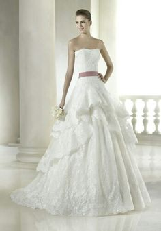 lmrweddings.com SAN PATRICK  露肩領口A字裙婚紗  這條A字裙婚紗採用露肩領口,並有層疊式長裙。