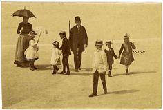 Né en Hongrie en 1899, Gyulus Halàsz, alias Brassaï, passe quelques années marquantes de sa petite enfance à Paris où il s'imprègne délicieusement de l'ambiance des promenades. Les Tuileries, 1890 (photographie anonyme extraite de la collection personnelle de Brassaï). (Collection Halàsz) DR