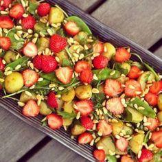 Färskpotatissallad med jordgubbar till grillat! Raw Food Recipes, Veggie Recipes, Grilling Recipes, Beef Recipes, Vegetarian Recipes, Great Recipes, Healthy Recipes, Food Porn, Veggie Delight