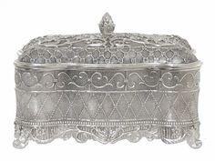 Telkari el işçiliğiyle üretilmiş, şık tasarımlı, kaliteli dekoratif kutu. Ofis veya evlerde dekoratif bir ürün olarak kullanılabileceği gibi, mücevher kutusu, büyük boyutlu olanlar çikolata kutusu vb. olarak da kullanılmaktadır. Ebat: 21x16 cm. Ürün gümüş kaplamadır ve özel lak cilalıdır; kararmaz. Dolayısıyla temizlemek için herhangi bir parlatıcı veya cila gereksinimi olmaz. Ürünün parlaklığını koruması için ürünü temizlerken sadece yumuşak bir bezle silinmelidir. Deterjan…