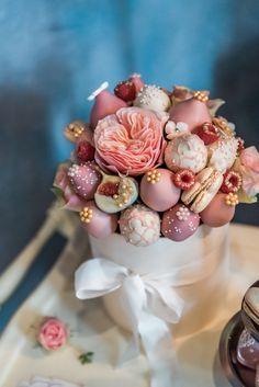 Fresh and Sophisticated Summer Wedding Inspiration Food Bouquet, Diy Bouquet, Candy Bouquet, Cake Pop Bouquet, Edible Arrangements, Flower Arrangements, Chocolate Bouquet Diy, Flower Box Gift, Edible Bouquets