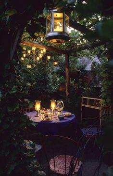 Small Backyard With Space Saving Decorating And Gardening Ideas Kleiner Hinterhof mit platzsparenden Backyard Patio, Backyard Landscaping, Backyard Studio, Backyard Retreat, Landscaping Ideas, Deco Baroque, Deco Restaurant, Night Garden, Small Patio
