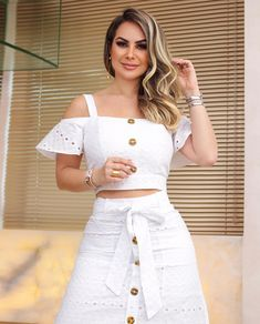 A imagem pode conter: 1 pessoa Edgy Outfits, Skirt Outfits, Girl Fashion, Fashion Dresses, Womens Fashion, Classy Suits, Skirt Patterns Sewing, White Midi Dress, African Print Fashion
