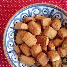 Recept voor ouderwetse pepernoten! Gemaakt zonder suiker, maar met honing en stroop. Leuk om met de kinderen te bakken voor Sinterklaasavond! http://dekinderkookshop.nl/recepten-voor-kinderen/pepernoten/