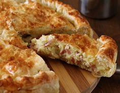 Λαχταριστό αλμυρό κέικ με τυρί και πατάτες - Jenny.gr Cookbook Recipes, Cooking Recipes, Mediterranean Recipes, Apple Pie, Quiche, Lunch Box, Bread, Cheese, Vegetables