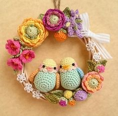 Crochet Spring FLowers and birds Wreath Crochet Bird Patterns, Crochet Birds, Crochet Patterns Amigurumi, Love Crochet, Crochet Dolls, Crochet Flowers, Crochet Summer, Crochet Home, Crochet Crafts