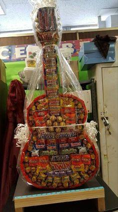 Birthday Basket, Cute Birthday Gift, Birthday Candy, Diy Birthday, Candy Crafts, Diy Crafts For Gifts, Candy Bouquet Diy, Candy Arrangements, Guitar Gifts