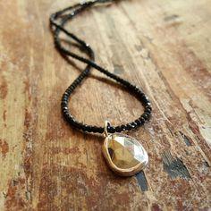 He encontrado este interesante anuncio de Etsy en https://www.etsy.com/es/listing/245429158/pyrite-necklace-black-spinel-necklaces