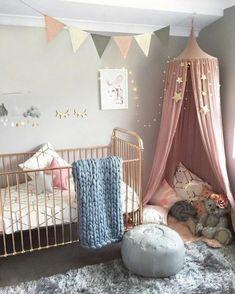 idée déco chambre bébé mixte, plaid au tricot, tabouret bleu, tapis à poils longs
