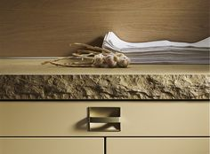 Jura Yellow - Limestone Countertop from SieMatic - cool! I used to have this kitchen . All White Kitchen, Kitchen And Bath, New Kitchen, German Kitchen, Luxury Homes Interior, Interior Architecture, Counter Top Edges, Counter Tops, Granite Edges